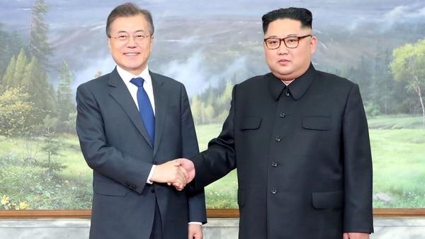 El presidente de Corea del Sur, Moon Jae-in, junto con Kim Jong-un (Reuters)