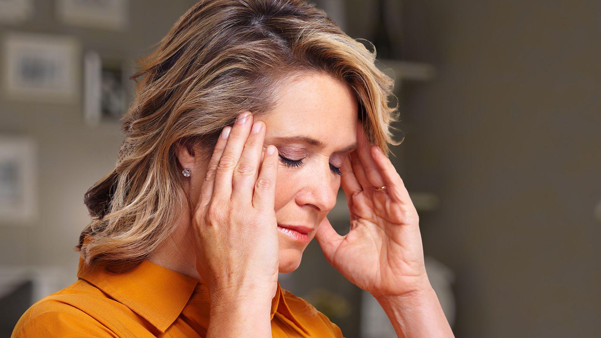 El dolor de cabeza muy fuerte, fuera de lo común, es uno de los síntomas a tener en cuenta
