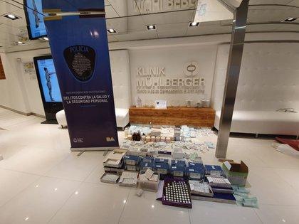 Algunos de los medicamentos secuestrados durante los allanamientos a las farmacias que trabajaban con la clínica del doctor Mühlberger. EFE/Policía de Buenos Aires