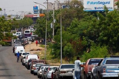 Automovilistas haciendo fila para recargar combustible (REUTERS/Isaac Urrutia/Archivo)