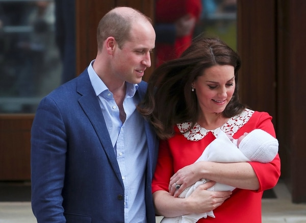 La Duquesa de Cambridge y el príncipe William posando con su tercer hijo (Reuters)