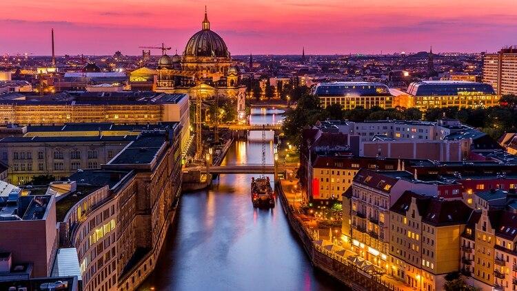 Cualquiera que haya visitado Berlín entenderá cuán rica es la escena subterránea en la ciudad. Con sus bares secretos, Berlín se ha convertido en un lugar muy atractivo para los viajeros interesados