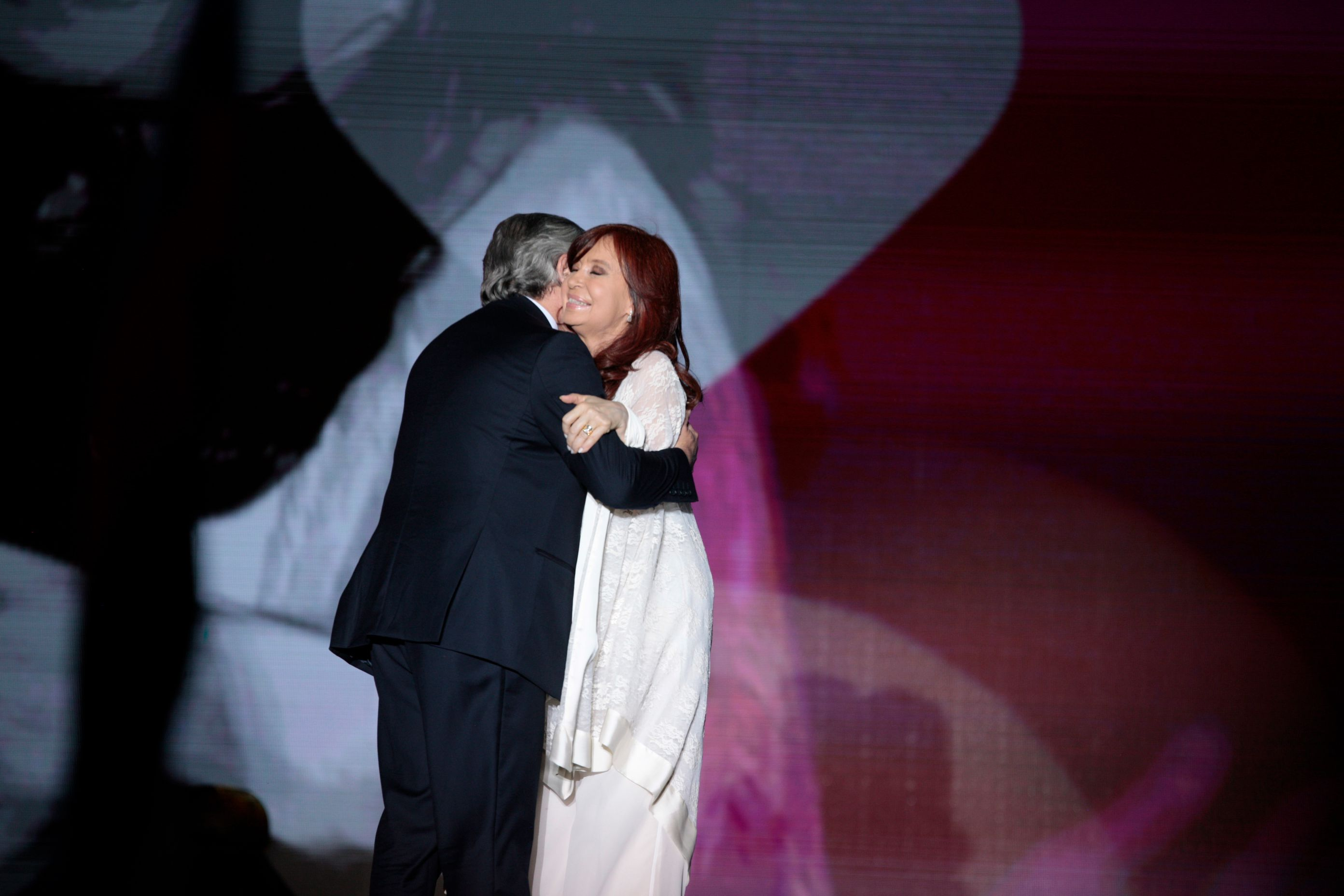 El abrazo entre el Presidente y la Vicepresidenta el 10 de diciembre (Luciano Gonzalez)