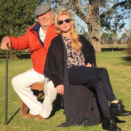 Esmeralda junto a su padre en el campo (Foto: álbum personal Esmeralda Mitre)