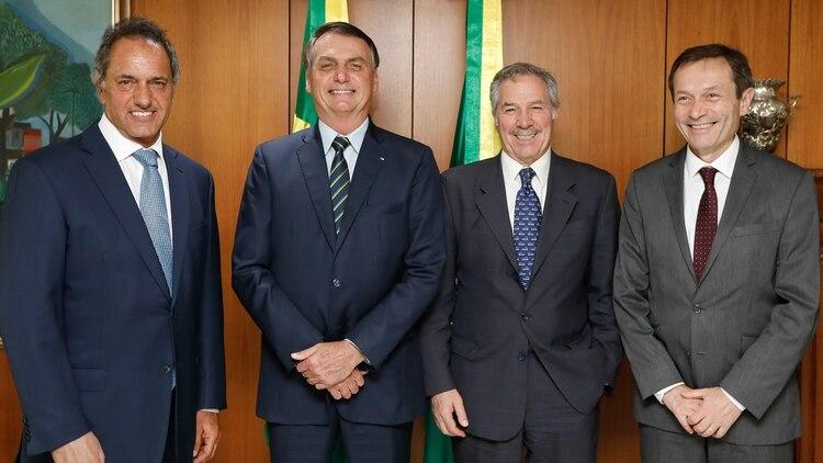 De izquierda a derecha: el embajador argentino en Brasilia, Daniel Scioli, el presidente de Brasil, Jair Bolsonaro, el canciller argentino, Felipe Solá, y el secertario de asuntos globales de la presidencia argentina, Gustavo Beliz