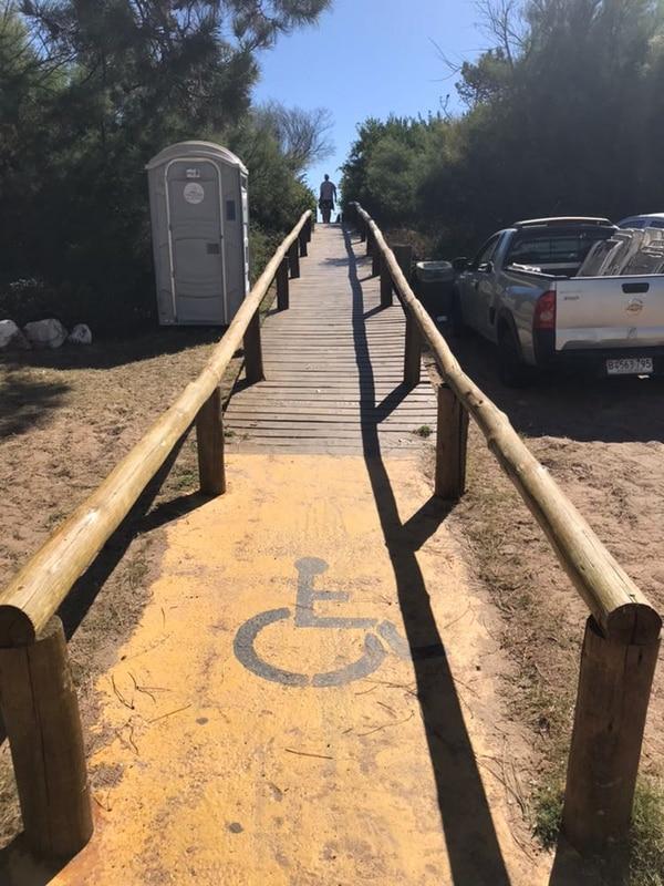 """La rampa de acceso a la """"playa accesible"""" (Infobae)"""