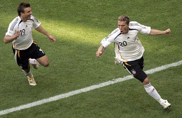 El alemán Podolski mostró su deseo de vestir la camiseta de Boca (EFE)