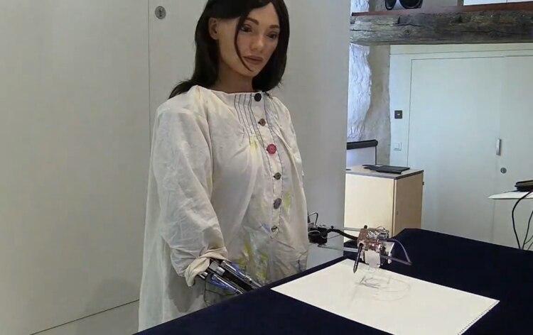 """Presentó su primera exposición de arte: """"Futuros sin garantías"""", donde se muestran las obras que ha creado con su prótesis automatizada y un lápiz Foto: Efe"""