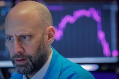 Foto de archivo de un operador en la Bolsa de Nueva York.  Feb 27, 2020.   REUTERS/Brendan McDermid