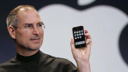 Enero de 2007. Steve Jobs durante la presentación, hoy legendaria, en el MacWorld de San Francisco, del iPhone.