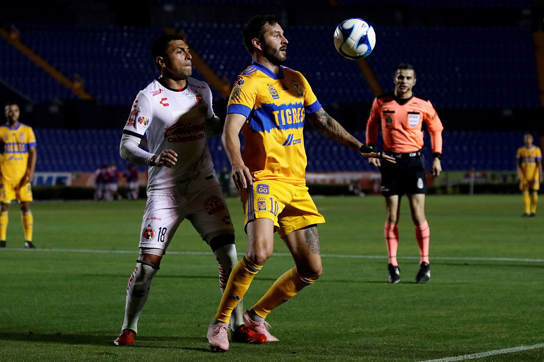 André Pierre Gignac (c) de Tigres controla el balón en una jugada ante Xolos de Tijuana. EFE/Antonio Ojeda/Archivo