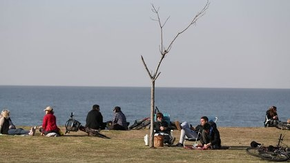 Personas disfruta del día a orillas del Río de la Plata, en medio del brote de la enfermedad del coronavirus (COVID-19), en Buenos Aires, Argentina (REUTERS/Agustin Marcarian)