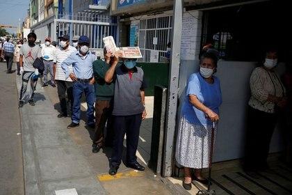 Imagen de archivo de personas usando mascarillas esperando fuera del mercado central en medio del brote de coronavirus, en Lima, Mayo 8, 2020. REUTERS/Sebastián Castañeda. NO REVENTA. NO ARCHIVO