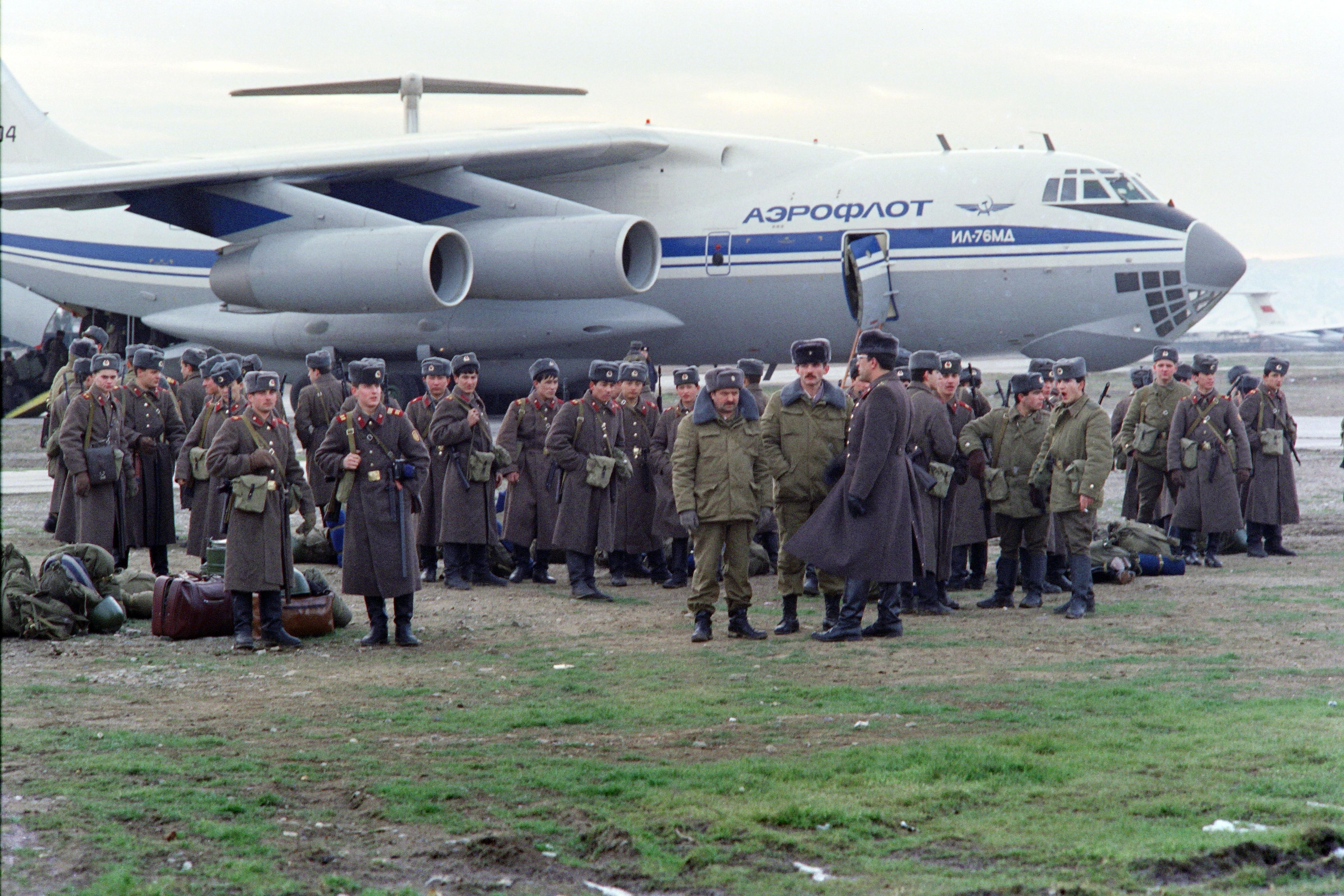 Tropas soviéticas en el aeropuerto de Kirovabad, hoy Ganja, en Azerbaiyán (AFP)