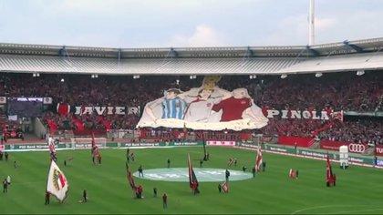 Un bloque de una tribuna del estadio del 1. FC Nürnberg lleva el nombre de Javier Pinola.