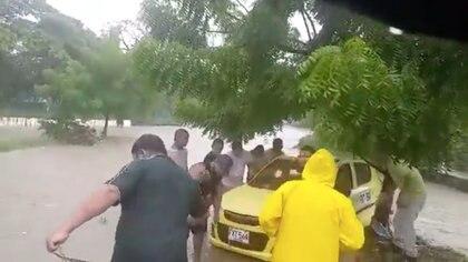 Rescate del taxi arrastrado por la corriente de agua del canal fluvial del barrio El Campestre en Cartagena / (YouTube: Jair A Salazar Muñoz).