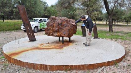 Uno de los multi-tonelada exhibido en el Parque Nacional de Meteoritos (Instituto Turismo Chaco)