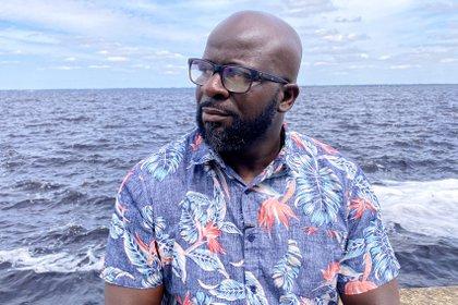 Davion Hampton, de 42 años, posa en las afueras de Orlando (AFP)