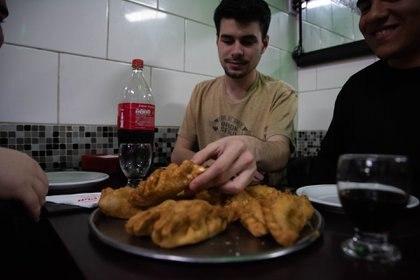"""En la noche del martes 10, """"La noche de las Pizzerías"""" algunos amigos disfrutaron de las clásicas empanadas fritas que Pin Pun ofrece de carne, pollo y jamón y queso"""