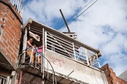 Las condiciones ambientales y habitacionales de las villas y barrios vulnerables de la ciudad y la provincia de Buenos Aires dificultan el cumplimiento de la cuarentena obligatoria