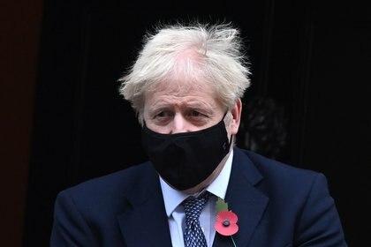 El primer ministro del Reino Unidos, Boris Johnson, usando una mascarilla