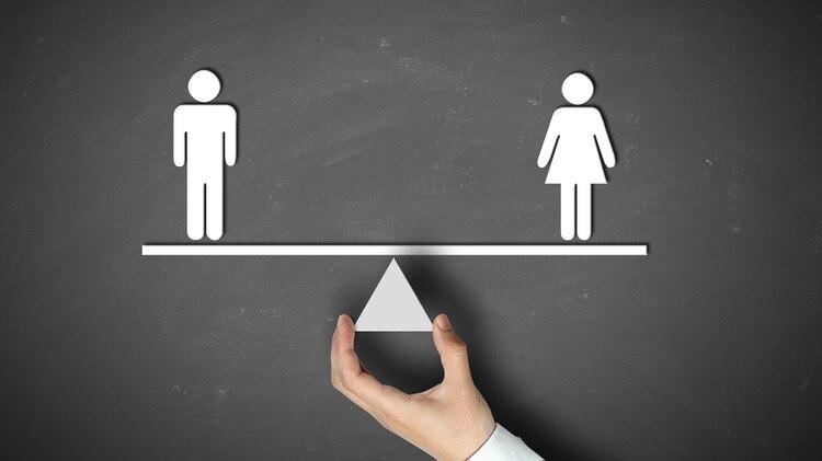 Las alusiones al cuerpo de las mujeres ensus descripciones negativas quintuplican a las que les tocan a los hombres, más destacados por su conducta. (Shutterstock)