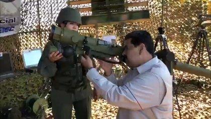 Maduro prueba un lanzacohetes durante una visita a un ejercicio militar