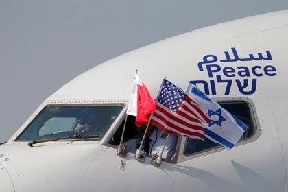 Las banderas de EEUU, Baréin e Israel en el avión en el que viajó la delegación israelí. 18 de octubre de 2020. REUTERS/Hamad I Mohammed