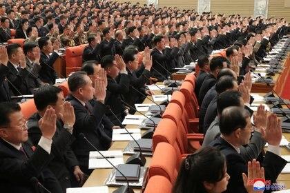 Asistentes del 8 ° Congreso del Partido de los Trabajadores en Pyongyang, Corea del Norte, en esta foto proporcionada por la Agencia Central de Noticias de Corea del Norte (KCNA) este lunes. Ninguno de ellos posee mascarilla ni guarda distancia social entre sí, pese a la pandemia por coronavirus (Reuters)