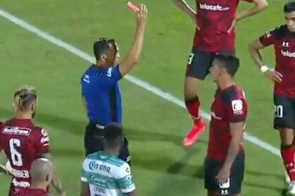La polémica expulsión del VAR en el juego de Santos vs Toluca (Foto: Twitter/@FoxSportsMX)
