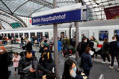 Personas con mascarillas en una estación de trenes. REUTERS/Fabrizio Bensch