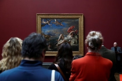 """Personas miran la pintura de 'Violación de Europa' de Tiziano en una vista de medios de comunicación a la exposición """"Tiziano: Amor, Deseo, Muerte"""" en la National Gallery de Londres. 12 de marzo de 2020. REUTERS/Simon Dawson"""