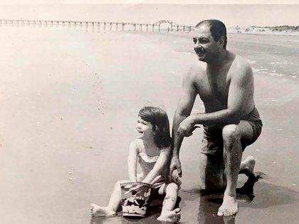Con Carmelo en una de las vacaciones que pasaron en familia. Su padre, ingeniero civil que vivía en Resistencia, Chaco, murió cuando ella tenía doce años: le dijeron que se había suicidado, ella está segura de que lo asesinaron
