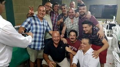 Pandolfi (con camisa azul y blanca) junto a Máximo Kirchner, Pablo Echarri, y barras de Ferro (Infobae)