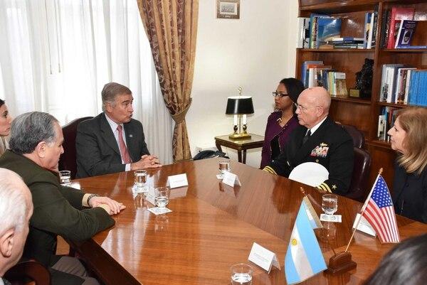 En su visita a la Argentina, el almirante Kurt Tidd fue recibido por el ministro de Defensa Oscar Aguad. Foto: Gentileza Comando Sur.