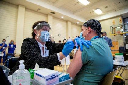 La vacunación con la fórmula de Pfizer ya ha comenzado en el Reino Unido, Estados Unidos y Canadá (Reuters)