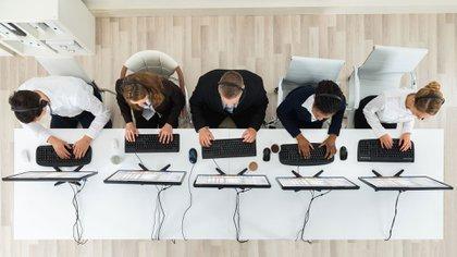 Cientos de jóvenes rusos trabajan las 24 horas en la Agencia de Investigación en Internet (iStock)