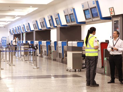 Las aerolíneas piden a los pasajeros llevar mascarilla en todo momento