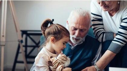 Los adultos consideran fundamental la función de los mayores en la vida de los niños, adolescentes y jóvenes (Getty Images)