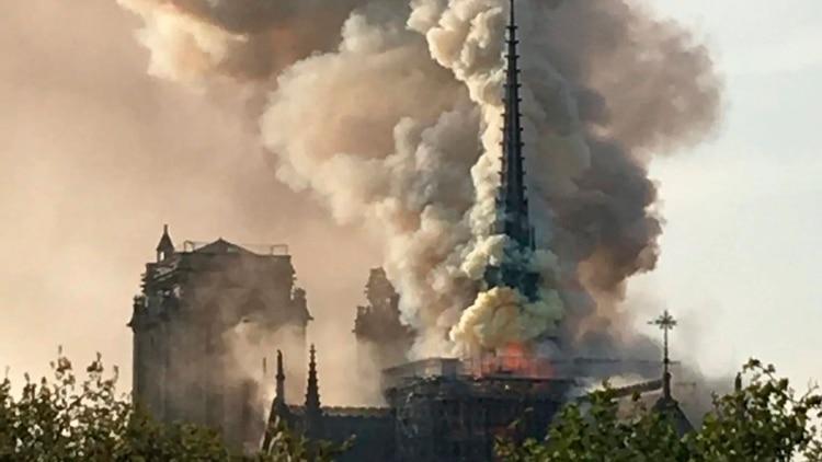 Fuerte incendio en Notre Dame