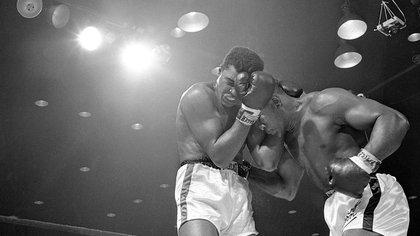 Sonny Liston contra Muhammad Alí en Miami Beach, Florida, el 25 de febrero de 1964. En una pelea contra Tyson, Alí hubiese buscado alargar el desarrollo y desequilibrarlo desde lo anímico.