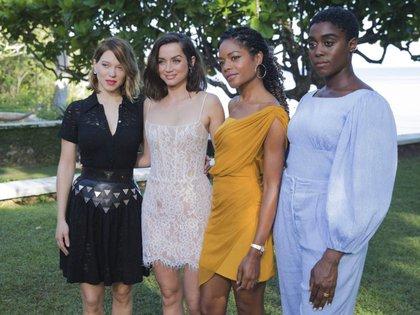 De izquierda a derecha: las actrices Lea Seydoux, Ana de Armas, Naomie Harris y Lashana Lynch, en la presentación del cartel de la última entrega de la saga de James Bond, en Jamaica, este jueves. LEO HUDSON (AP)