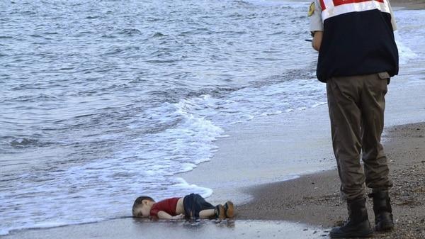 El cuerpo del nene sirio que sacudió al mundo. También murió su hermano, de 5 años (AFP)