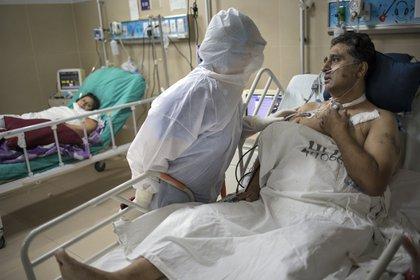 Una médica atiende a un colega enfermo de coronavirus en el hospital Guillermo Almenara, en Lima (AP/Rodrigo Abd)