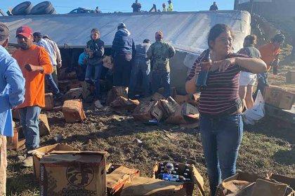 Con cerveza en la mano, pobladores aprovecharon el derrame de la mercancía (Foto: Cortesía)