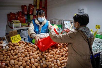 La Comisión Nacional de Sanidad de China informó hoy de que el país asiático diagnosticó 13 nuevos contagios del coronavirus SARS-CoV-2 este sábado, todos ellos entre viajeros procedentes del extranjero. EFE/EPA/WU HONG