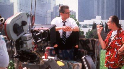 """Joel schumacher con Michael Douglas en el set de """"Un día de furia"""" (The Grosby Group)"""