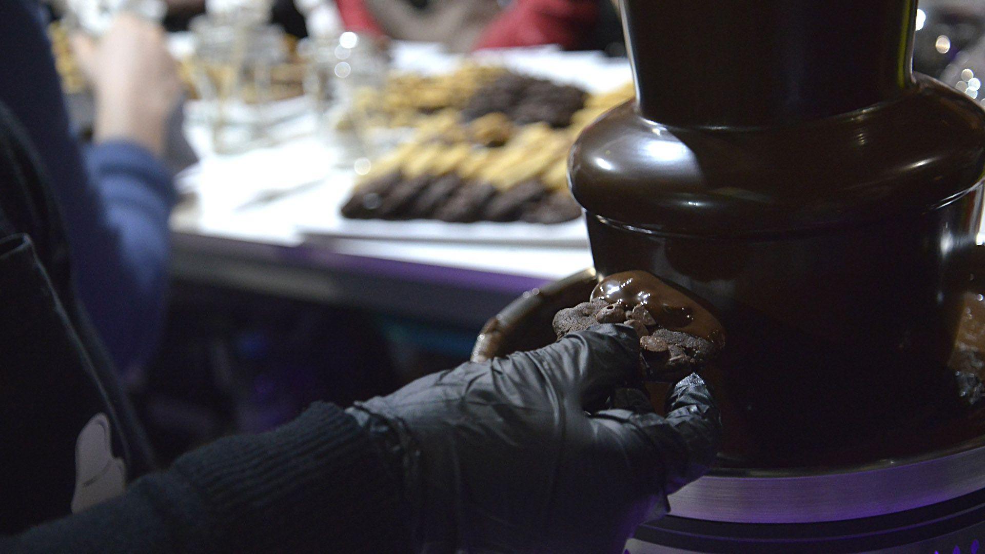 EnFrench Cookie hay cascada de chocolate para bañar las cookies y decorarlas con los más divertidos toppings