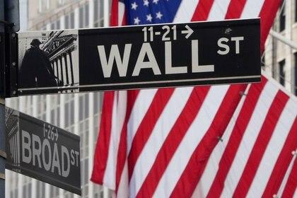 FOTO DE ARCHIVO. Una señal de tránsito de Wall St. es vista frente a la Bolsa de Nueva York (NYSE, por sus siglas en inglés), en Nueva York, EEUU. 9 de marzo de 2020. REUTERS/Carlo Allegri