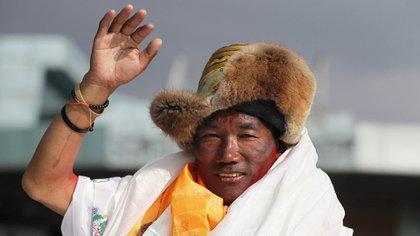 El sherpa nepalés Kami Rita, de 48 años, saluda al llegar a Katmandú, Nepal, el 20 de mayo de 2018. (AP)